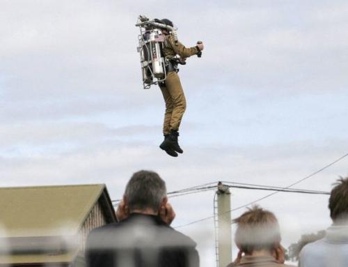 Rocketman arriva a Volandia: da aprile 100 voli con la cintura razzo